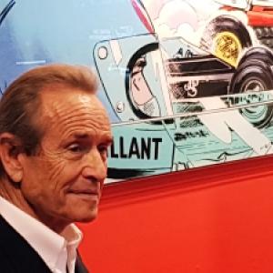 """Jacky Ickx devant le tableau """"Ickx s Ferrari"""", de """"Michel Vaillant Art Strips"""" (c) Olivier Bultot"""