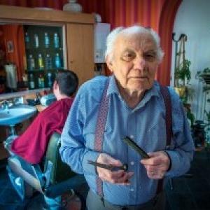 """Emile, 84 ans, Coiffeur depuis 70 ans (c) Jacques Duchateau/""""L Avenir"""""""