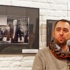 Discours d ouverture de Maxime Prevot, devant une photo du President americain (c) Christian Delwiche