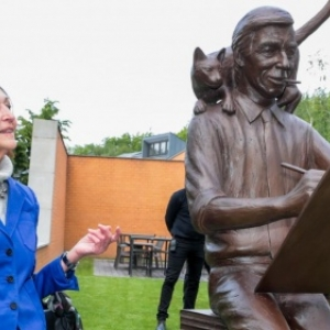 "Fany Rodwell et la statue en bronze d Herge, oeuvre de Tom Frantzen (c) ""Le Soir"""