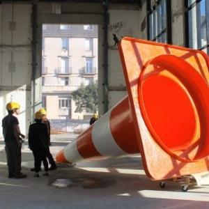 """Une photo exposee, avec des ouvriers liliputiens et un cone de la route (c) DR/""""Clunisois"""""""