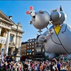 """Le """"Chat"""", de Philippe Geluck, devant la """"Bourse"""" (c) """"Visit Brussels"""""""