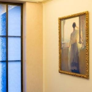"""Jouxtant un fort beau vitrail, """"Lumiere"""", de Franz van Volder (c) Lola Pertsowsky"""