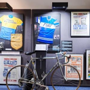 """En haut, a droite, l affiche du """"match du siecle"""", qui allait opposer Eddy Merckx a Rik Van Looy"""