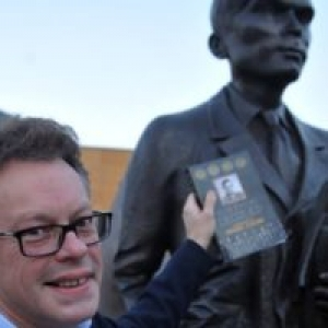 Sir John Dermot Turing et une Statue de son Pere
