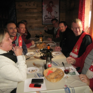 Autour d une fondue suisse moitie-moitie dans la convivialite du chalet-restaurant de Gruyeres