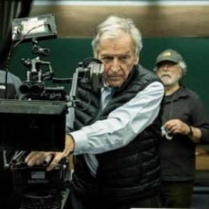 """Soiree de Cloture : Costa-Gravas, en 2019, pendant le tournage d """"Adults in the Room"""" (c) D.R./""""Le Soir"""""""