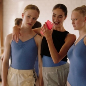 """""""Lara"""" (Victor Polster) et deux aures Danseuses (c) """"Diaphana Productions"""""""