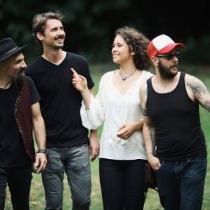 """""""Village Wallon des Saveurs"""" : Maya, la jeune chanteuse belgo-turque, et ses trois musiciens"""