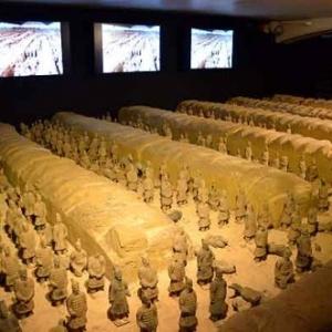 Liege Guillemins Gare exposition: armee Terracotta