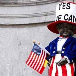 Le futur ennemi des Etats-Unis, essayant un costume pour passer incognito