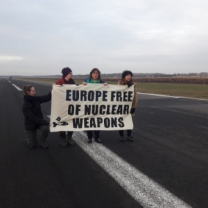 Les huit personnes, dont Thomas Waitz - Austrian MEP - se trouvant a l'exterieur, en soutien, a celles qui sont entrees ce matin sur la base de ce matin, ont elles aussi ete arretees. Elles auraient ete emmenees sur la base militaire
