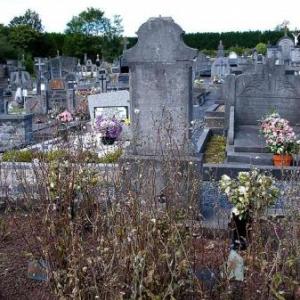 Justin Dubru, pour faire honneur au grand peintre, avait pris soin de placer Maurice Micha au centre de la tombe de la Maison de repos, juste au pied de la croix.