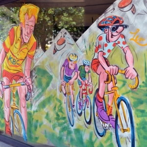 Le Tour De France en peinture sur vitrine