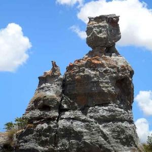 Les Malgaches reconnaissent leur reine cruelle, petrifiee dans un desert rocheux entre Antsirabe et Tulear