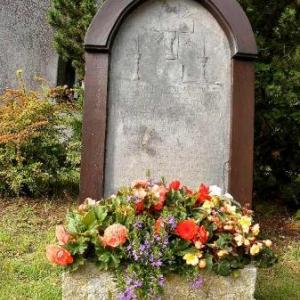 la pierre tombale du pretre Wilmotte (mort en 1854), fondateur, par le leg de toute sa fortune, fruits de ses economies, d'un hospice pour vieillards  en son endroit natal -318-