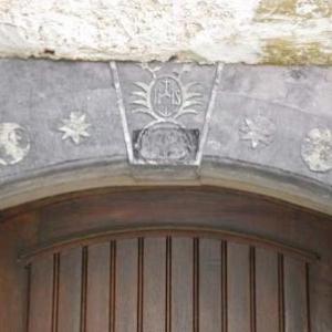 linteau de schiste, avec monogramme du Christ
