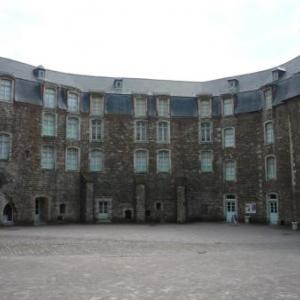 Boulogne sur mer : la cour interieure du chateau - musee