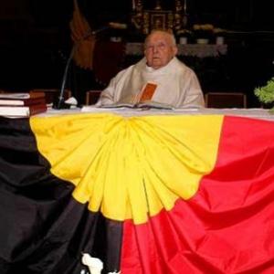Ancien combattant, il disait la messe du 11 novembre pour l'association locale dont il etait l'aumonier. Ici, pendant les applaudissements, apres la messe.