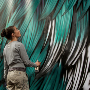 Adele Renault, artiste liégeoise vivant à Los Angeles peint un pigeon monumental Rue de l'Etuve