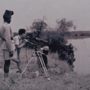 1956, Marcel Thonnon au Congo filme les hippos, camera Arriflex 16 mm, télé 300mm sur les bords de la Semliki