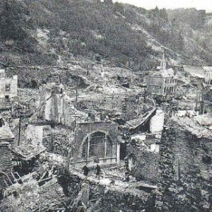 vue depuis l'actuel parking en face de la maison communale, vers la poste et la chapelle N.D. de Lourdes
