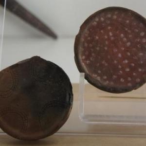 Les labrets ( plateaux ) des femmes Mursis sont de grandes tailles selon l'age et le gout de chacuneLes plus grands labrets favorisent l'obtention des dots les plus importantes, jusqu'a 50 tetes de betail pour celles qui portent un grand plateau.