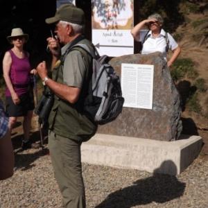 Le guide - nature devant la nouvelle stele recemment inauguree ( photo de F. Detry )
