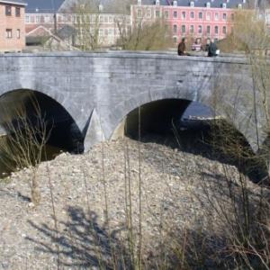 Degagement des sediments obstruant les arches gauches du vieux pont de Stavelot, et placements d' epis en amont pour recentrer le courant de l' Ambleve, qui achevera le travail et maintiendra ces arches bien degagees, chose bien necessaire lors de crues (