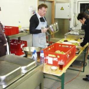 """Benevoles dans les cuisines du restaurant """" Televie 2009 """""""