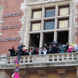 Devant l'hotel de ville dans l'attente du lancer de harengs
