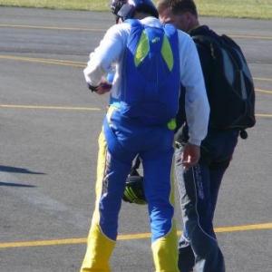 Le parachutiste-cameraman accompagnant l'equipe de voltigeurs
