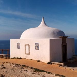 La petite chapelle avec son toit de style mauresque ( Photo F. DETRY )