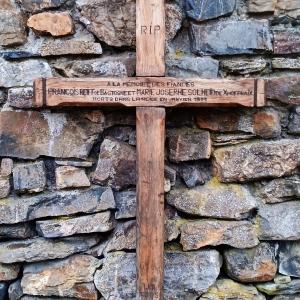 L' ancienne croix des Fiancés exposée à Solwaster ( photo F. Detry )