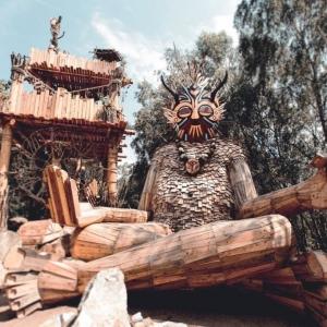2. Le Géant Kamiel, à côté de la tour magique © De Schorre