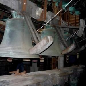 Des cloches du carillon frappees par un marteau