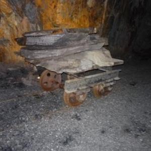 Un wagonnet servant au transport des plaques de pierre