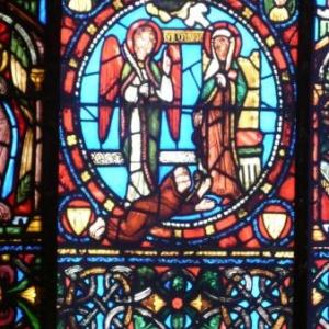 Vitrail representant l'abbe Suger au pied de la Vierge