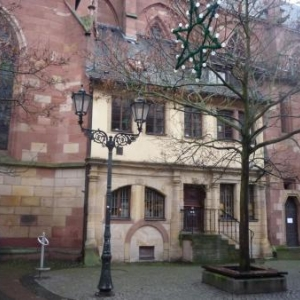 La demeure du sacristain adossee a l'eglise de Neustadt an der Weinstrasse