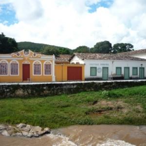 Habitations colorees le long du Rio Vermelho