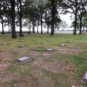 Camarades jusque dans la mort, ils sont enterres a plusieurs dans chaque tombe