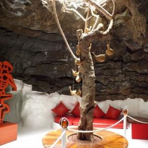 """Interieur d'une des bulles de lave avec a gauche, une sculpture """" La mere et son ombre """""""