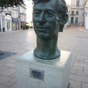Angouleme: capitale de la B.D. ( statue d'Herge )