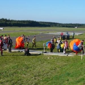 Des parachutistes en retour de prestation