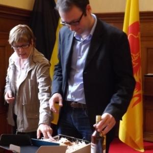 Remise des cadeaux : coupe de l'Amitie et bouteille de Pineau