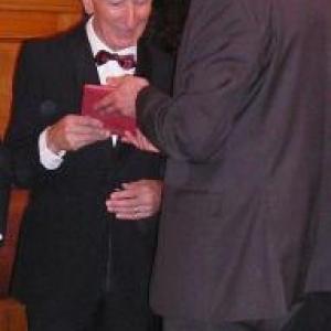 Le Bourgmestre, JP Bastin, remet le cadeau communal a Georges Dostriche (50 ans de chorale)