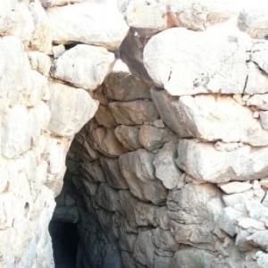 Mycenes : l'entree de la citerne ( architecture typique mycenienne )