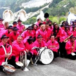 """Parade de l' """"Emulation"""" en bord du lac de Nantua ( Photo de F. Detry )"""