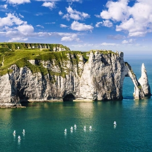 5)  Les falaises d'Étretat et la côte d'Albâtre, icônes normandes