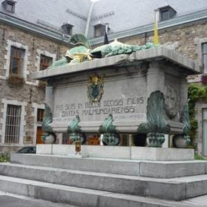 Le cenotaphe en devanture du Monastere